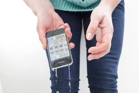 reparar un móvil mojado